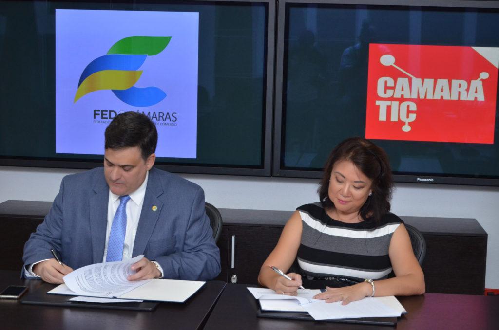 Claudio Fernández, Presidente de FEDOCAMARAS y Rosario Sang de Santos, Presidente de CAMARATIC.