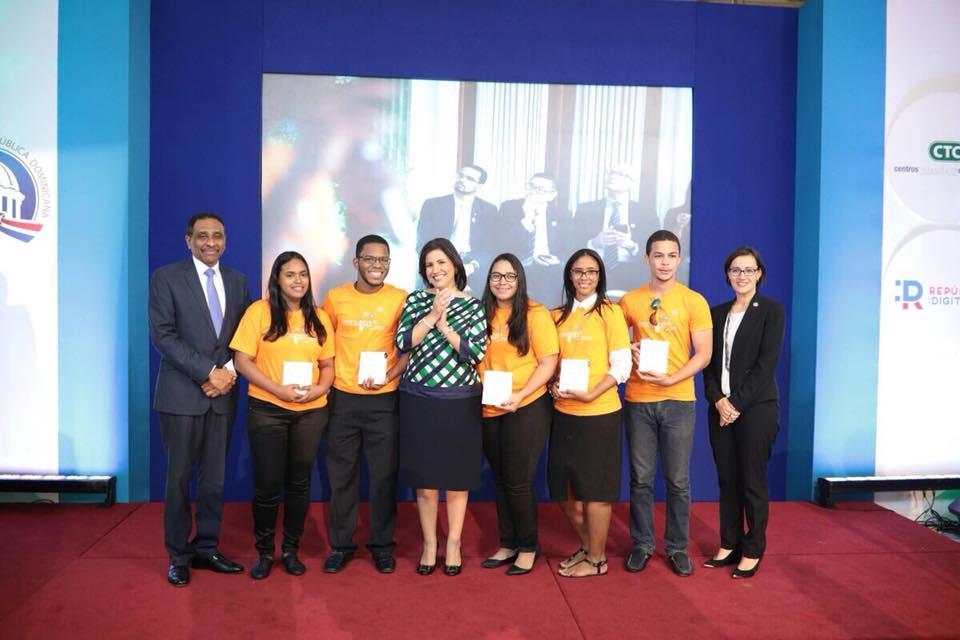 Representantes de los Equipos junto a la Vicepresidenta en Innovapp 2017