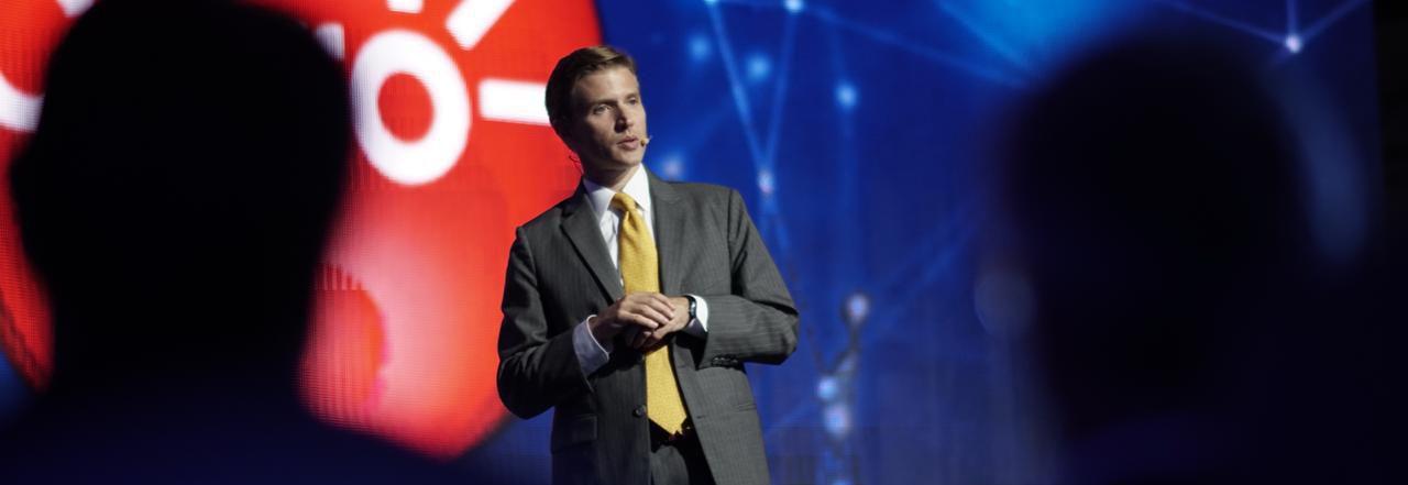 Alec Ross llama a priorizar tecnologías en la agricultura y la educación